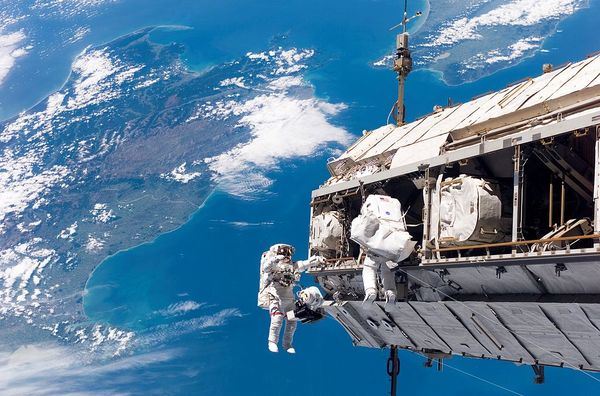 1024px sts 116 spacewalk 1 large