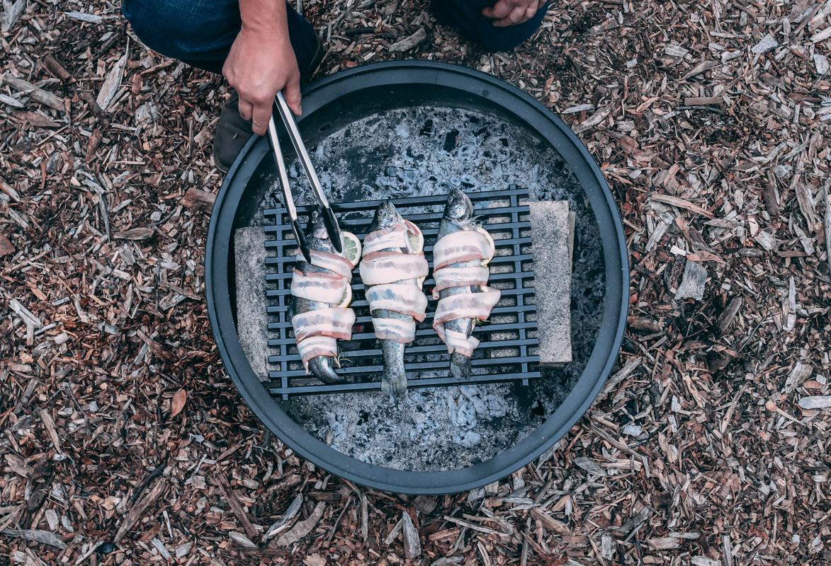 Http%3a%2f%2fassets.manmadediy.com%2fphotos%2f32078%2fhow to cook over campfire 40original