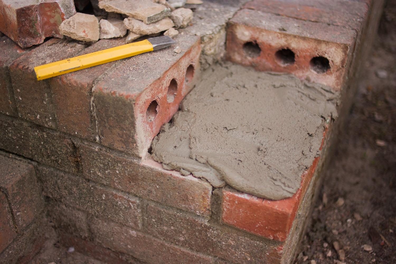 mortar spread out onto bricks