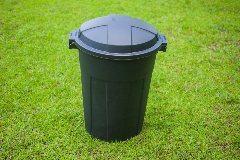 20 gallon plastic Rubbermaid garbage can